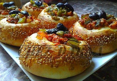 les paradise bread voici les paradie bread fait avec le recette de mon amie Nadia quant à la farce de ces délicieux pains, je l'ai faite à ma façon. dans ma farce, j'ai mis de la viande hachée, des poivrons verts grillés de l'oignon , tomate et des olives...