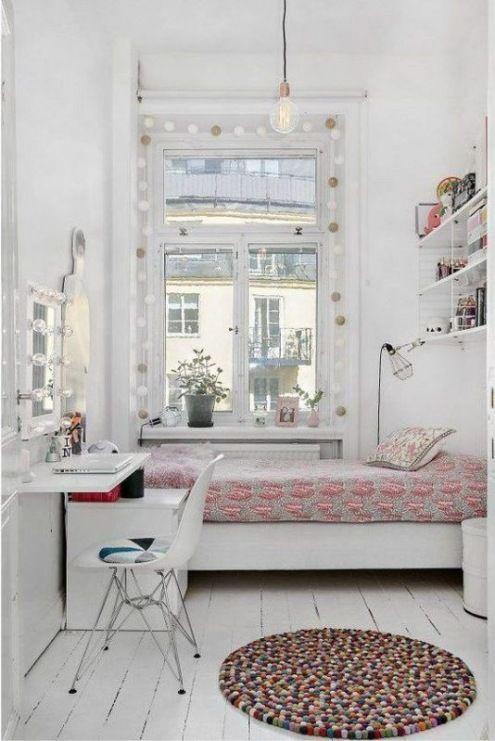 W sypialni wykreowano bardzo romantyczny klimat, korzystając przede wszystkim z dekoracji w oknie i na półkach. Białe...