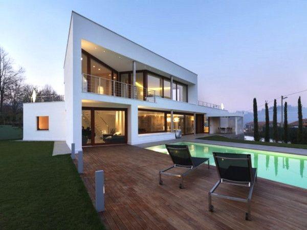 Prachtig modern huis met veel glaspartijen. Speels en strak tegelijk.