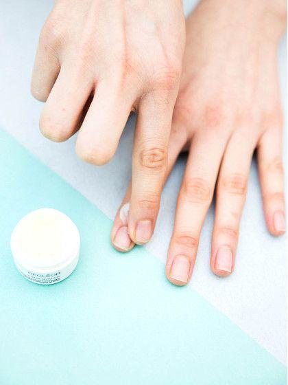 Unser Tipp fürs Nägellackieren. Rund um den Nagel etwas Lippen-Balsam tupfen; das macht es nachher leichter, die überschüssige Farbe zu beseitigen.