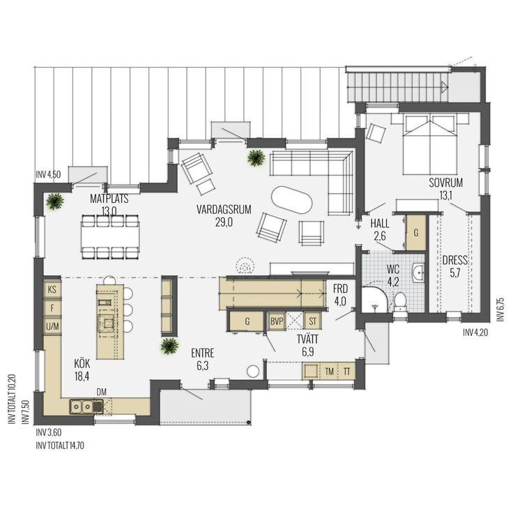Huset har ett självsäkert formspråk med tydliga influenser av funkis. De tre huskropparna skapar rytmik och spännande vinklar i både bredd- och höjdled. Den bakre huskroppen kröns av en underbar terrass som både kan nås inifrån och utifrån, via den integrerade trappan. Våningshöjden på 2,6 meter skapar extra känsla av lyx och rymd.