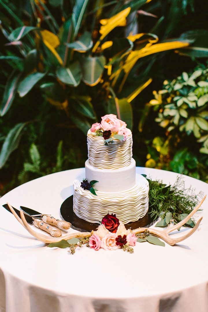 Ruffle cake with antler and flower decor