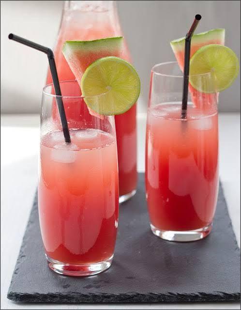 Rezept für erfrischende Wassermelonen-Limonade - frisch servierte Limo auf Eis