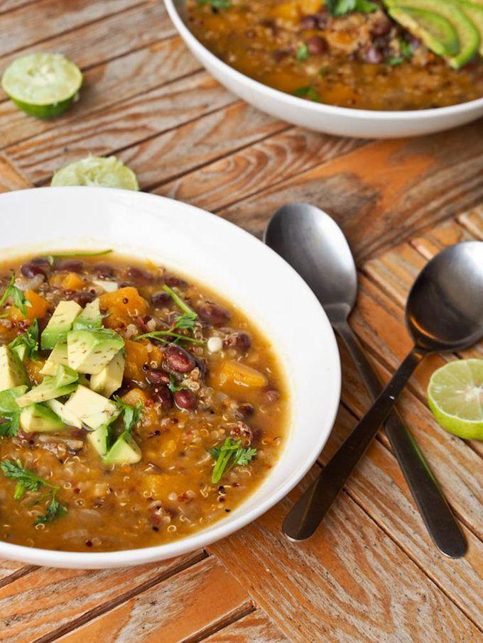 Het recept pompoensoep met quinoa en zwarte bonen is een glutenvrije, vegetarische soep en bevat pompoen, zwarte bonen, quinoa, rode peper, knoflook, komijn, oregano en groentebouillon.