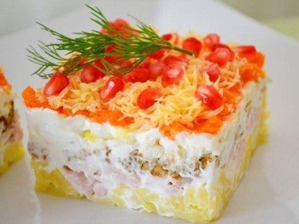 Салат из копченой курицы с сыром и орехами