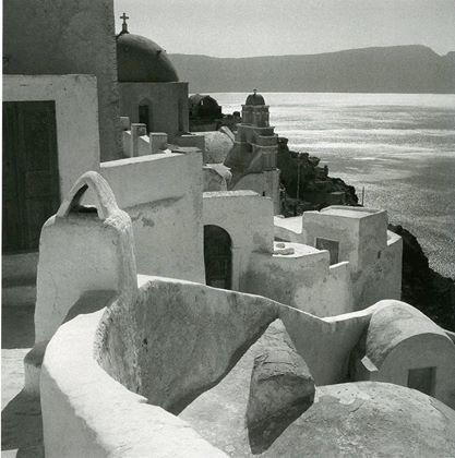 Οία Σαντορίνης, 1950-55 Φωτογραφία: Βούλα Παπαϊωάννου Φωτογραφικά Αρχεία Μουσείου Μπενάκη  Oia Santorini island, 1950-55 Photograph by Voula Papaioannou Benaki Museum