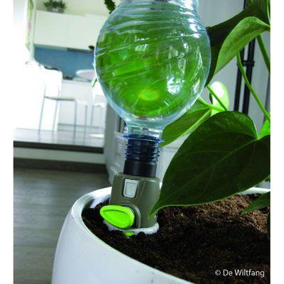 Simpel in gebruik. Draai één met water gevulde pet fles ( 0,5 t/m 2 liter fles ) op de druppelaar, maak een gaatje in de bodem van de fles om te voorkomen dat hij vacuüm trekt en duw de punt in de grond.