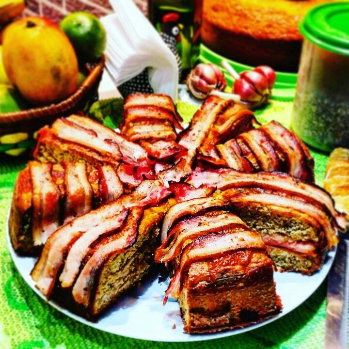 """""""Torta de peito de peru e bacon do Jonathan""""  Ingredientes 👇 • 1 e 1/2 xícara de farinha integral • 1/2 xícara de aveia em flocos finos • 1 colher de sopa de fermento • 1 colher de linhaça dourada triturada • 50 gr de proteina de colageno • 50 gr de farinha de amêndoas • 4 ovos • 100 gr de azeitonas verdes picadas • 150 ml de azeite • 270 ml de leite • 250 gr de peito de peru fatiado • 200 gr de provolone ralado • 250 gr de bacon em fatias finas  Modo de preparo 👇 • deposite R$138,00…"""
