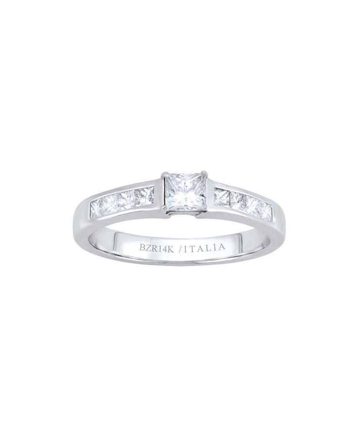 """14 K<br />  28  Pts de Diamante corte Princesa y 8 Diamantes corte Princesa de 4.4 Pts<br />  <br />  Cuando las palabras ya no son suficientes para decir """"te amo"""", es momento de dar el siguiente paso. Consigue el """"sí"""" anhelado de la mujer que amas con esta joya de oro blanco y diamantes corte princesa. Un anillo de gran belleza que no la decepcionará."""