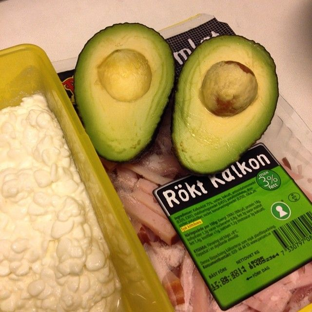 #Cottagecheese, #turkey and #avocado make up tonight's meal #avokado #energi #eatclean #fitness #getfit #hälsa #healthy #kalkon #lchf #lowcarb #protein #proteiner #fat #fett #shapeup #sugarfree #sockerfritt #träning #training #viktminskning #weightloss #Padgram