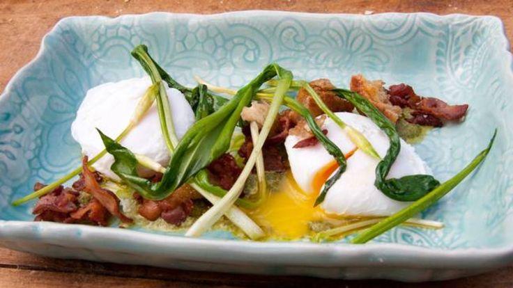Enn annen av Tareq Taylor sine oppskrifter med Ramsløk. Her serveres dem med posjerte egg, en krem av spinat, sprøtt bacon og brødkrutonger. En ypperlig frokost litt utenom det vanlige.