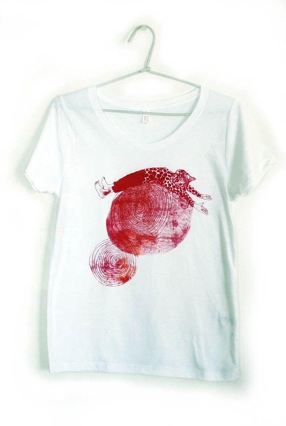 ネコTシャツです。グルグルの上で背伸びをしています。サイズはレディースのS、素材は綿50%ポリエステル50%、柔らかい手触りです。襟ぐりが広めにデザインされて...|ハンドメイド、手作り、手仕事品の通販・販売・購入ならCreema。