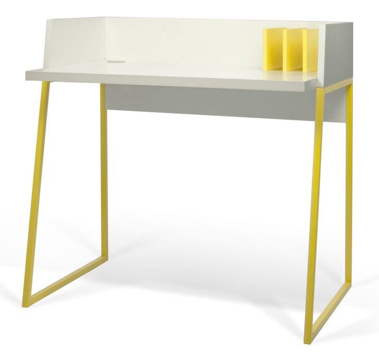 Volga Skrivebord - Moderne og funky skrivebord i MDF med bordblade i hvid og stel i en frisk gul farve. Skrivebord i et karakteristisk design med raffinerede detaljer. Skrivebordet har en smart kabel-åbning i det venstre hjørne til ledninger fra computer og skrivebordslampe samt 3 integrerede gule støtte-plader i højre side, hvor du nemt kan opbevare bøger, dokumenter eller breve. Skrivebordet er ideelt til små lejligheder eller børneværelser. Trods skrivebordets reducerede størrelse, ...