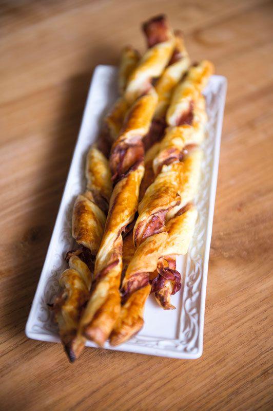 Broodstengels met kruidenkaas en prosciutto