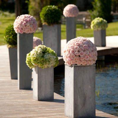 Bouquets de roses dans allée de jardins!    http://www.journaldesfemmes.com/mariage/magazine/15-ambiances-de-mariage-vues-par-des-wedding-planners/image/roses-de-jardin-studiocabrelli-66-mariage-magazine-761386.jpg%3F1340721286