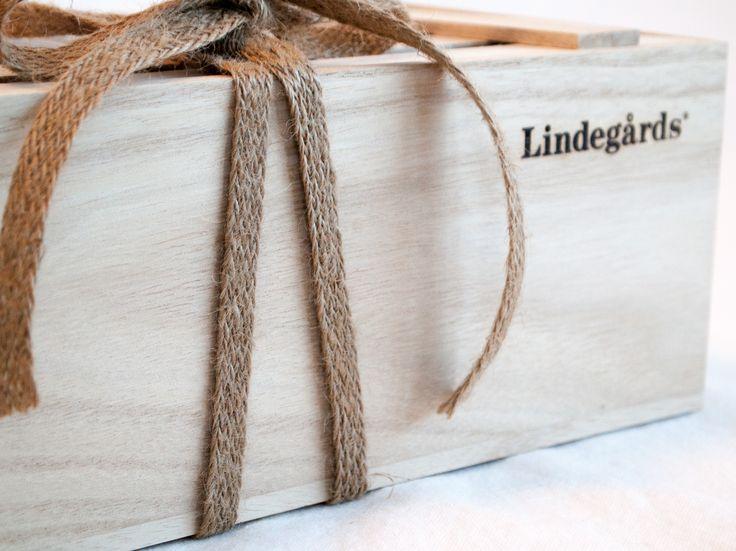 Vackra presentlådor fyllda med svenska delikatesser från mathantverkare.