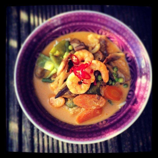 Ich liebe es scharf! Meine Variationen vom Thai Curry sind alle schnell gemacht und gerade im Winter heizen sie einem so richtig ein…. MeineBasics: Kokosmilch Rote Thai Curry Paste Zitronengras – klickt kurz, falls ihr es noch nicht kennt, ich habe eine kurze Info darüber verlinkt Ingwer Sojasauce Fischsauce Erdnuss-Öl Mit diesen Zutaten, die ihr in jedem Asia Shop preisgünstig kaufen könnt, habt ihr in Minuten jederzeit ein leckeres, duftendes Gericht auf dem Tisch. Zubereitung: Gemüse…
