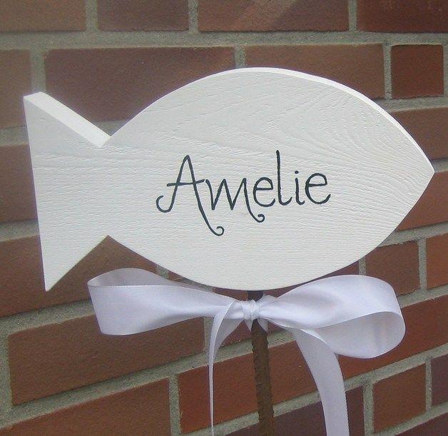 Mal was anderes für die Kinderkommunion: Ein Fisch aus Holz individuell mit Namen beschriftet, auf einer rostigen Eisenstange. Als Einladung für die Gäste in einen Buchsbaum stecken oder ins Beet...