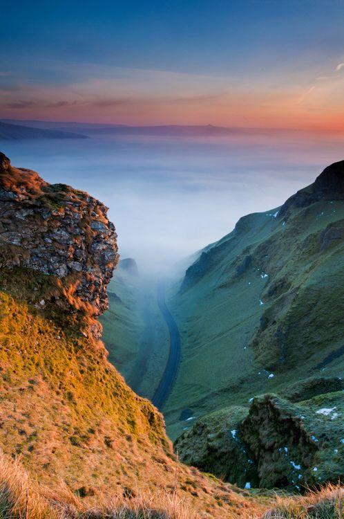 First Glow, Winnats Pass #Derbyshire #Castleton #Peakdistrict (by ShootingMrSmith via flickr)