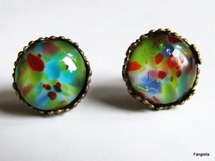 Boucles d'oreilles puces multicolores en verre artisanal sur support couleur bronze