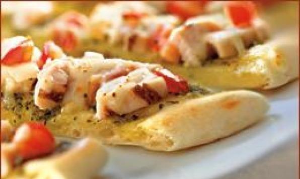 Du pain Naan Dempster's badigeonné d'huile d'olive et de vinaigre balsamique, garni de bocconcini frais, de tranches de tomates et de basilic haché. Une idée de repas léger pour vos soupers d'été qui se prépare en quelques minutes!