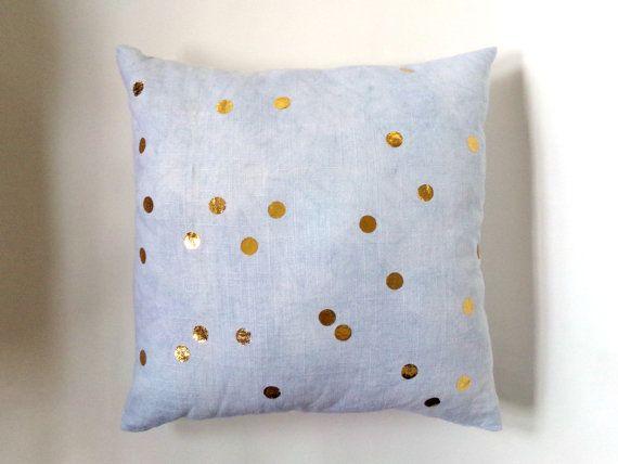 Gouden Confetti Dot Indigo linnen kussensloop  Deze kussensloop is gemaakt met een natuurlijke witte linnen dat hand geverfd met natuurlijke indigo en opgestikte met metallic gouden confetti polka dots is geweest.  Het is op bestelling gemaakt en is verkrijgbaar in vijf verschillende maten:  12 x 20 (30 cm x 51 cm) 16 x 16 (41 x 41 cm) 20 x 20 (51 cm x 51 cm) 24 x 24 (61 cm x 61 cm)  De kussensloop komt te staan is 16 x 16 (41 x 41 cm)  Alle kussenslopen worden afgedrukt op beide zijden en…