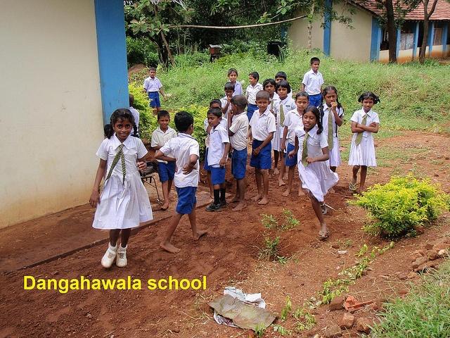 Dangahawala school in Sri Lanka. De bijdrage van Net4kids binnen dit project bestaat uit het aanleggen van een boorput, het aanleggen van waterleidingen en de bouw van verschillende latrines.