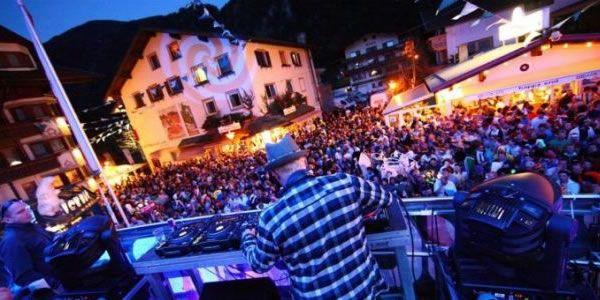 """Sei giorni di musica e divertimento in mezzo alle nevi di Mayrhofen, Austria: queste sono le rosee aspettative per lo """"Snowbombing Festival 2013"""", che si terrà dall'1 al 6 aprile 2013. Lo Snowbombing, noto per essere il più grande festival sulla neve a livello europeo, prevede feste all'interno di igloo in cima alla montagna, danze sulle piste sciistiche, rave nei boschi."""