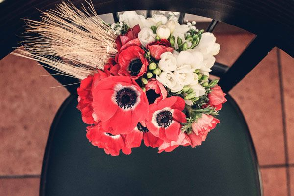 red poppy bouquet http://weddingwonderland.it/2015/06/matrimonio-al-pub.html