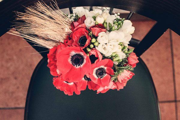 red poppy bouquet http://weddingwonderland.it/2015/06/matrimonio-al-pub.html