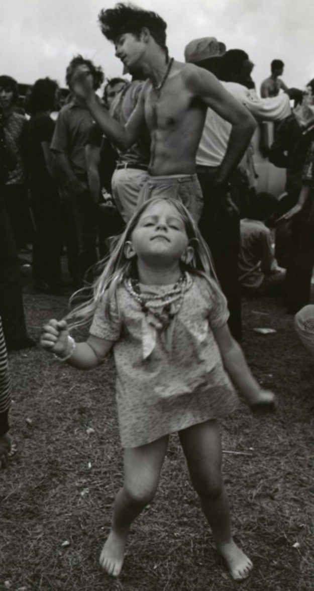 Cette petite fille qui danse à Woodstock. | 23 photos qui prouvent que le style, c'était mieux avant