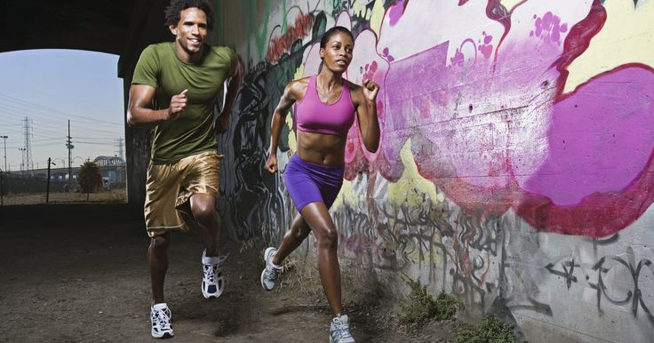 Roupas para praticar corrida. Embora os tênis continuem a ser a peça mais importante do equipamento atlético para um corredor, algumas considerações ainda devem ser feitas quanto ao que usar no resto do corpo. Vista-se com roupas de corrida adequadas para ficar mais confortável durante seu trajeto.