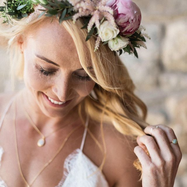 With love in her smile and flowers in her hair //🌸 . Photography @sandyandodysseas . . . #mykonoswedding #weddingingreece #destinationwedding #weddinginsantorini #santoriniwedding #greekislands #destinationweddingplanner #flowercrown #flowerdesign #weddingflowers #destinationflorist