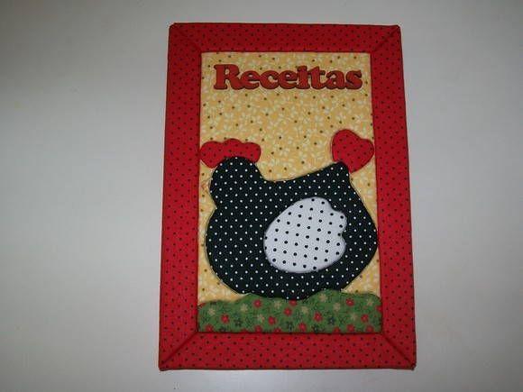 Caderno de capa dura revestido por tecido de algodão, utilizando a técnica do Patchwork no Isopor, com aplicações de letras de madeira MDF. Contém 96 folhas. R$ 25,00