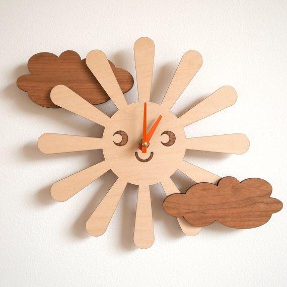Relógio de madeira com formato de sol