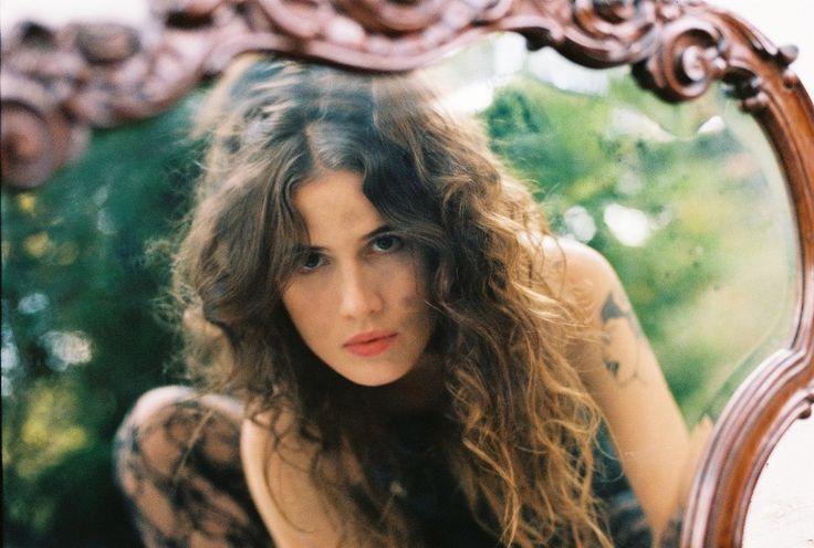 """""""Tô na Vida"""" é o primeiro disco totalmente autoral da carreira da cantora."""