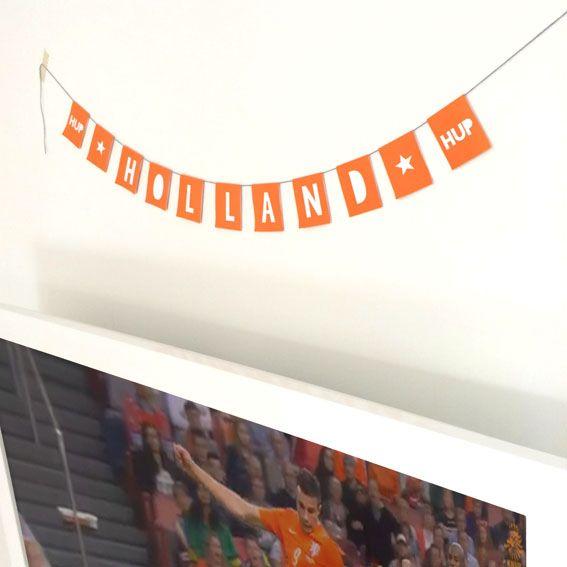 Hup Holland Hup!  Het WK is begonnen en daarmee ook de oranjegekte...  Wij doen er vrolijk aan mee met deze vlaggenlijn, posters en speelschema.  En nu maar hopen dat ze het ver gaan schoppen :) https://mypaperstation.nl/gratis-leuks