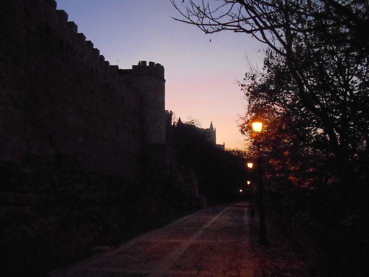 Murallas y Paseo de San Juan de la Cruz, al anochecer.