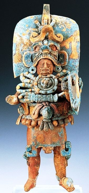 Escultura maya antropomorfa, de arcilla policromada. Encontrada en el sitio arqueológico Tik'al en el lugar del enterramiento de Yax Nuun Ayiin I. Período Clásico mesoamericano. Cultura maya. Península de Yucatán. México. mcba.