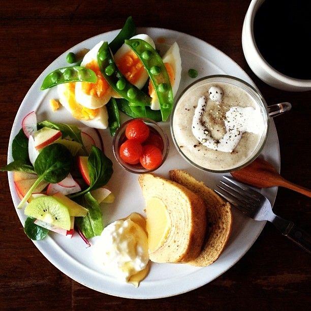 .@keiyamazaki | Christmas breakfast. Mushroom soup. 母から送られてきたバームクーヘン、きのこ... | Webstagram