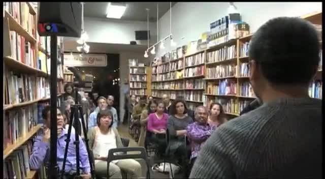 Eka Kurniawan penulis novel 'Cantik Itu Luka', baru-baru ini menerima penghargaan sastra di AS, 'Emerging Voice 2016'. Kehadirannya di Washington DC disambut hangat oleh kalangan penikmat sastra, khususnya warga AS, yang kini dapat menikmati karyanya yang telah diterjemahkan dalam bahasa Inggris. Versi awal dipublikasikan pada - http://www.voaindonesia.com/a/eka-kurniawan-penerima-penghargaan-emerging-voice-2016-kategori-fiksi/3593192.html