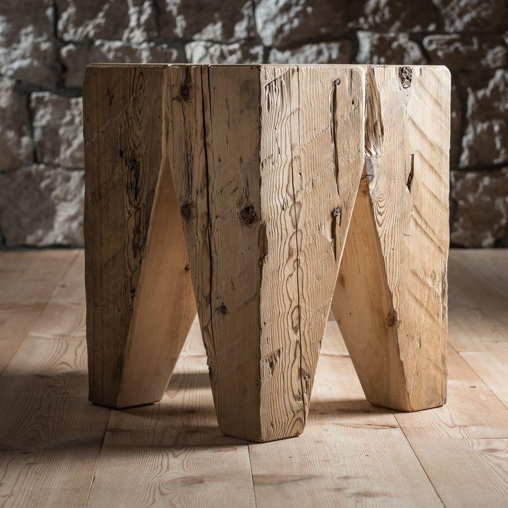Sgabello Toulà.  Il materiale utilizzato per questo prodotto è ricavato dai vecchi fienili, posti nel retro delle case ampezzane dove veniva stipato e conservato il fieno.