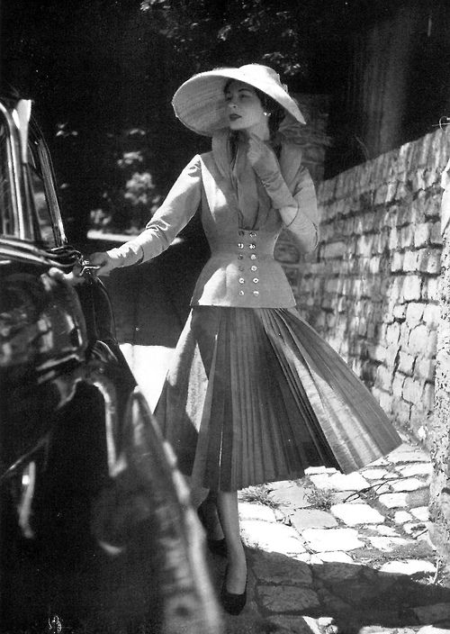 Jacques Fath, 1952. Photo: Georges Saad. #millinery #judithm #hats The deep brim front and droop sides provides an alluring look for the wearer.