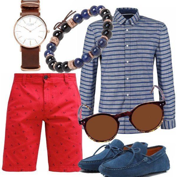 Camicia a righe blu e bermuda rosso con ancore. Look marinaro casual chic completato dai mocassini coordinati, bracciale a sfere, occhiali da sole e orologio stile vintage.