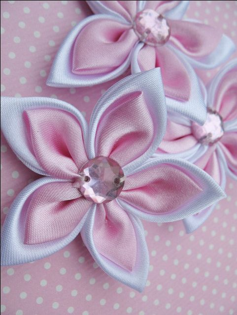 Love the colours. Kanzashi pointed-petal flower.
