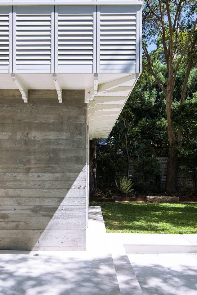 На бетонной стене виден рисунок дерева опалубки из твердых пород дерева сделанной из старых заборов.  (викторианский,современный,архитектура,дизайн,экстерьер,интерьер,дизайн интерьера,мебель,фасад) .