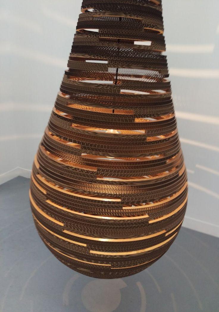 Gota C de Catia Esteves est une lampe en carton assez imposante que j'ai pu voir au salon Révélations au Grand Palais ce week end. La diffusion de la lumière au travers de la structure est superbe.