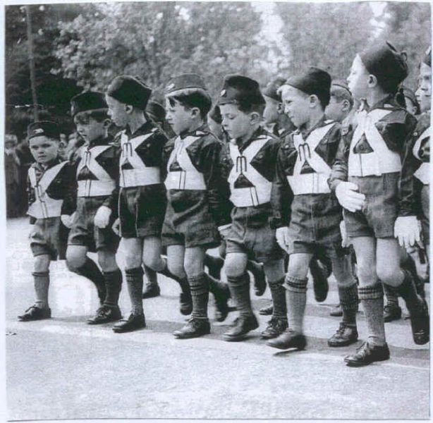 Les Balilla, « fils de la louve », étaient des groupe d'enfants de différents âges, habillés d'uniforme noir, qui défilaient et qui saluaient à la romaine lors de manifestations du régime. Ils s'entrainaient avec des fusils en bois. Ainsi garçons et filles de 8 à 18 ans, suivaient cette formation pour devenir de bons fascistes. Un peu plus tard, c'est dès la maternelle, que les enfants seront éduqués.