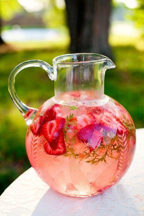 dans de l'eau :  *fraises coupées, feuilles de menthe* mettre au frais.  boisson idéale pour l'été !