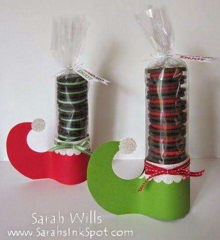 Olá Gente!!   Para este natal vamos dar uma lembrancinha bem gostosa para a criançada. São sapatos de papel cheios de bolachas recheadas! H...